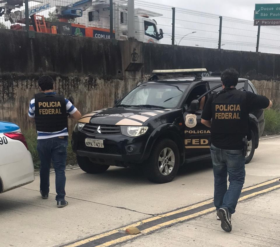 Os criminosos teriam abandonado uma viatura falsa da Policia Federal na pista do BRT, no Fundão
