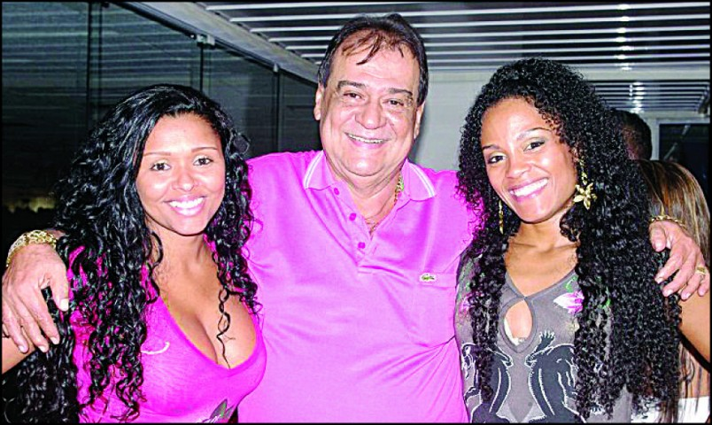 As passistas Grazi e Viviane com o presidente Ney no show do Naldo, dia 6